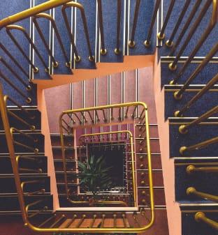 photo d'escalier en plongée